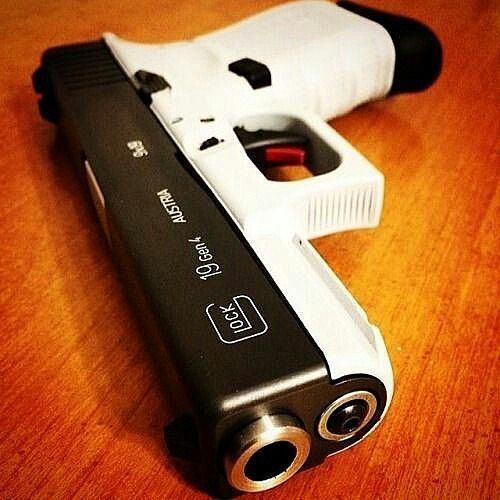 Glock 19 Gen4 Calibre: 9mm, capacidade do carregador: 15 munições. Armação  customizada na cor branc - falandoemarmas
