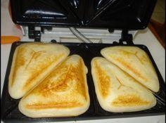 Pao de queijo na sandwicheira ou waffle grill. - reduza o oleo para 1/2 copo - aumente o queijo para 1 1/2 copo - use spray no waffle maker - nao encha muito a forma pois ele cresce bastante - use a temperatura maxima e cozinhe ate ficar dourado.