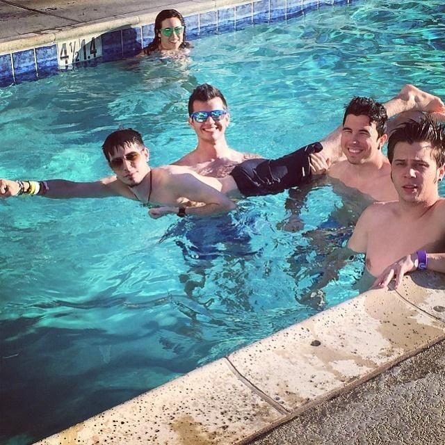 Jijiji Willy, StaXx, Alexby & Rubiuh en la piscina 7u7