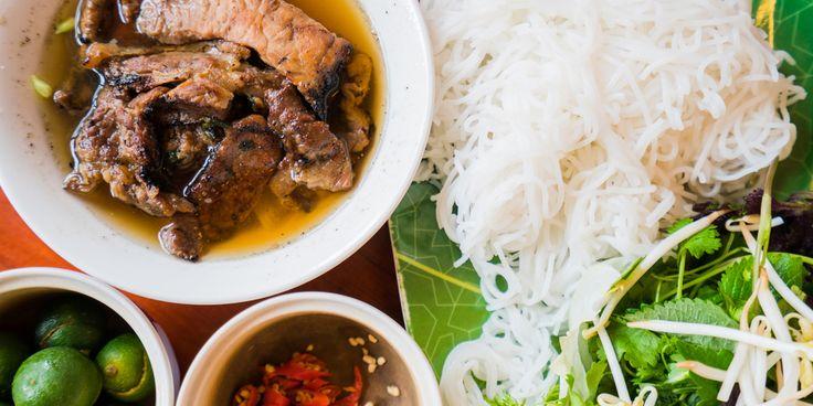 Vietnamese Bun cha is geroosterd varkensvlees in een friszoete soep en wordt geserveerd met rijstnoedels, sla en verse kruiden.