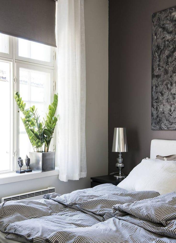 SOVEROM I GRÅTONER: Soverommet er innredet i ulike grånyanse.