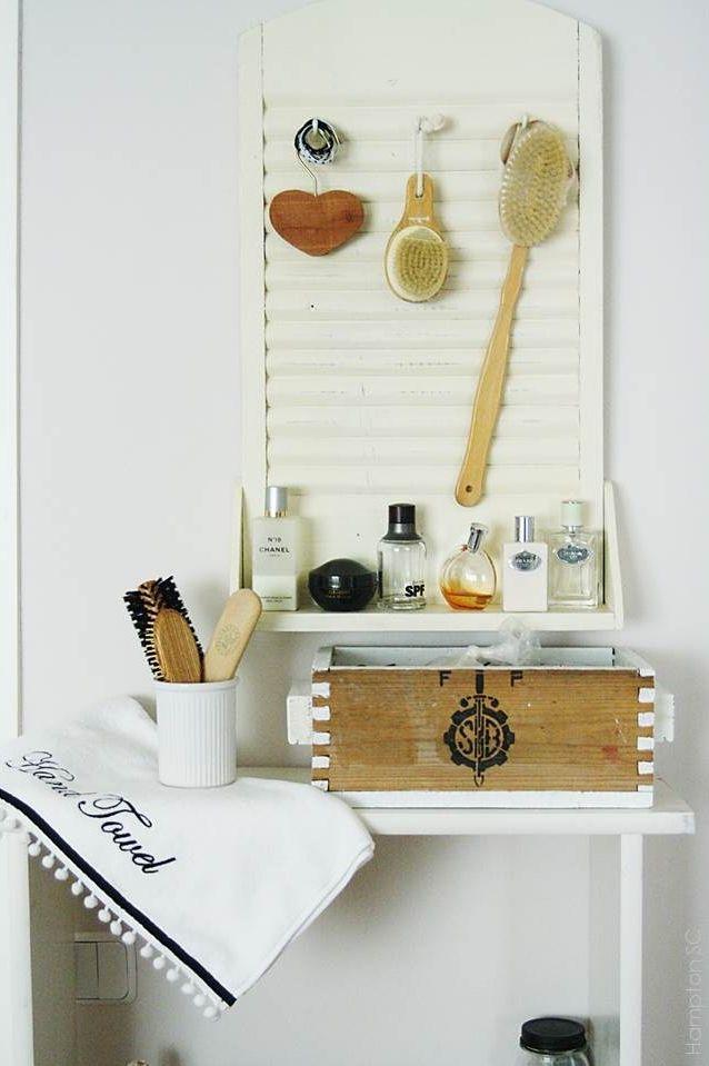 Antigua tabla de lavar convertida en estante