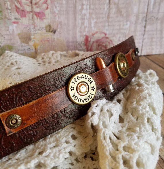 Este diseño ~ Una bala de concho y escopeta remaches fueron atados a brown Funda cuero. Una funda hecho a mano lo sostiene en su lugar.  La anchura de la banda es aproximadamente de 1 1/2 pulgadas de ancho.  PULSERA TAMAÑO INFO: Las pulseras de la mujer son aproximadamente 8 1/2 pulgadas de extremo a extremo. Colocar broches de presión de 2 a 7 y 7 3/4 pulgadas para la ajustabilidad.  joyas para su corazón y alma