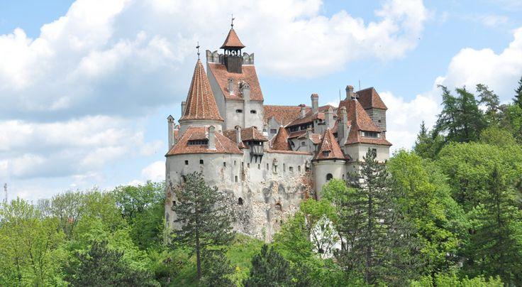 Myyttinen ja taianomainen Bran Castle tunnetaan kertomuksista myös Draculan kotipaikkana. #Romania #Brancastle #Dracula