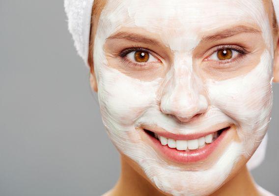 Кефирная маска для сухой кожи лица. Такая маска необычайно питательна для чувствительной кожи, она одновременно очищает кожу и защищает ее. Смешайте 2ст.л. кефира с 1ч.л. оливкового масла и яичным желтком. Тщательно перемешайте и нанесите на кожу на 15-20 минут. Смыть такую маску следует контрастной водой, сначала теплой, а затем прохладной.