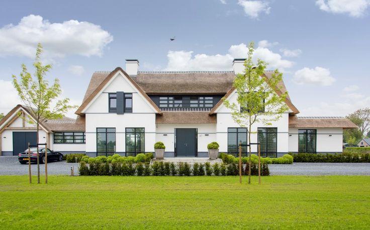 Ontwerp voor een villa op royaal perceel.Een ensemble van verschillende bouwvolumes, zoals de vrijstaande woning, overdekt terras en bijgebouwen, vormen een harmonieus en geïntegreerd geheel.Mate…