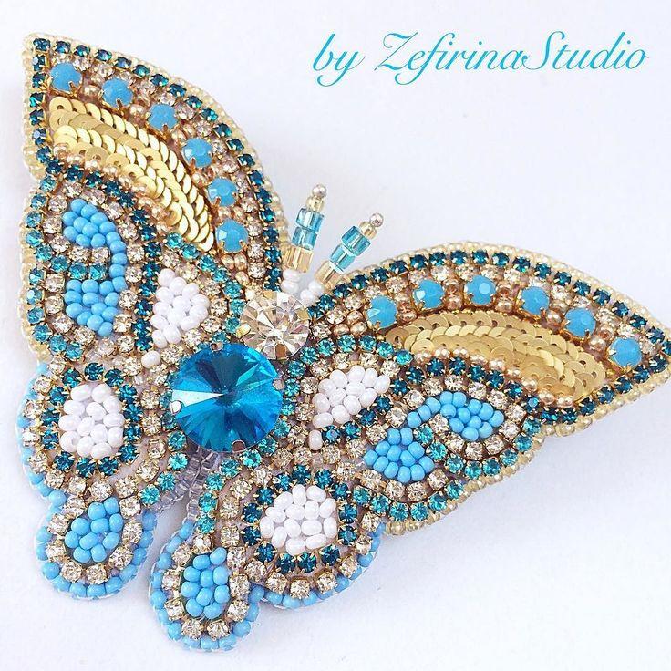А у меня новая красавица! Бабочка абсолютно новой формы. Сплошные кристаллы блеск и переливы! Размер 9/65 см. Задник  это отдельная песня и заслуживает отдельного фото. Оно будет а пока скажу что это натуральная кожа голубого цвета. #брошьбабочка #брошьизкристаллов #уникальнаявещь #butterfly #butterflyjewelry #butterflybrooch #crystalbutterfly #crystaljewelry #summerjewelry #birthdaygift #uniquegift #uniquejewelry #luxuryjewelry #crystalembroidery #zefirinastudio #embroideryart…