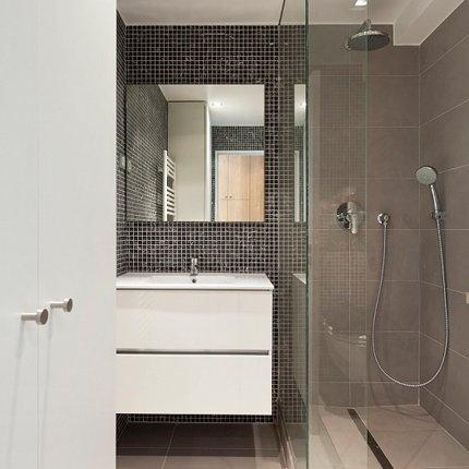 Une salle de bains fonctionnelle et chic