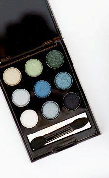 Fashion Week Beauty: Getting Spring's soft grey smokey eye with the mark. On The Dot Smokey Palette! #AvonRep