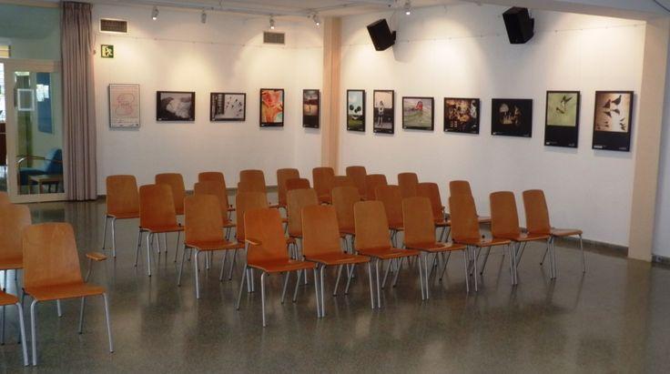 A la sala d'actes de la biblioteca es poden veure moltes de les exposicions que s'exhibeixen durant l'any.