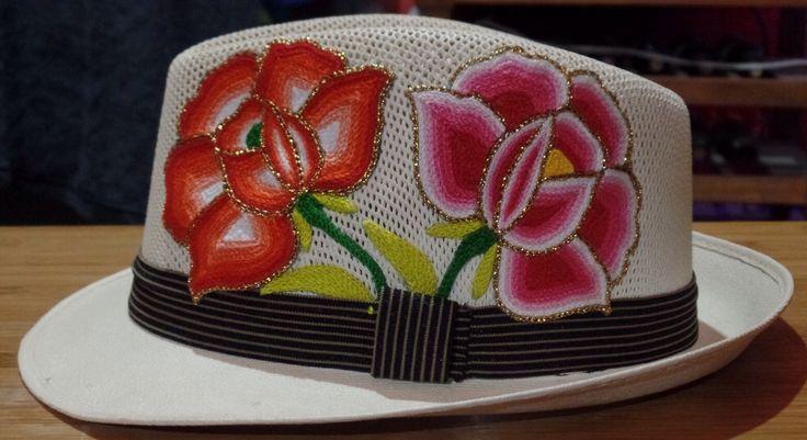 Sombrero de diseño único con aplicaciones de flores elaboradas a mano