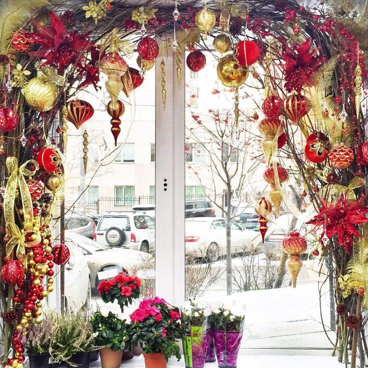 This window decoration is so beautiful!❄️❄️Прекрасная декорация окна! Дома такую трудно сделать, а вот цветочный магазин смог себе позволить. ☺️
