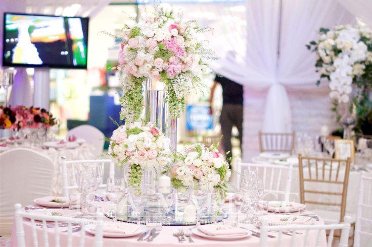 Decoratiuni sala nunti scaune chiavari albe si auri cu aranjamente florale deosebite IssaEvents 2017