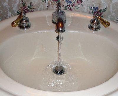 Vous en avez assez de sentir les odeurs d'égout remonter de vos canalisations ? Vous souhaitez entretenir les canalisations de votre salle de bain de façon naturelle ? Ces deux objectifs peuvent êt…