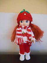 Letná súprava pre 28 cm bábiku set obsahuje háčkovany klobúčik, šatky s pleteným vrštekom a látkovou sukničkou zapínanie vzadu a háčkované balerínky. Bábika je nepredajná....