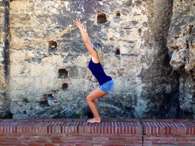 Stolens position, eller Utkatasana som den kallas på sanskrit är en yogaposition som ger styrka och kraft samtidigt som den är grundande. Det är en stark, aktiv position som stärker låren och nedre delen av ryggen - samtidigt som den bygger uthållighet! Den sägs