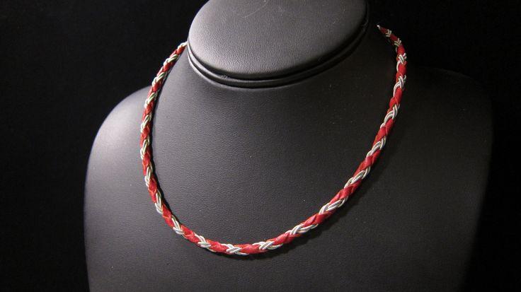 Halsband i skinn och flätad tenntråd
