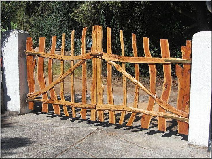 Görbe akácfa oszlopokból épített kerítés