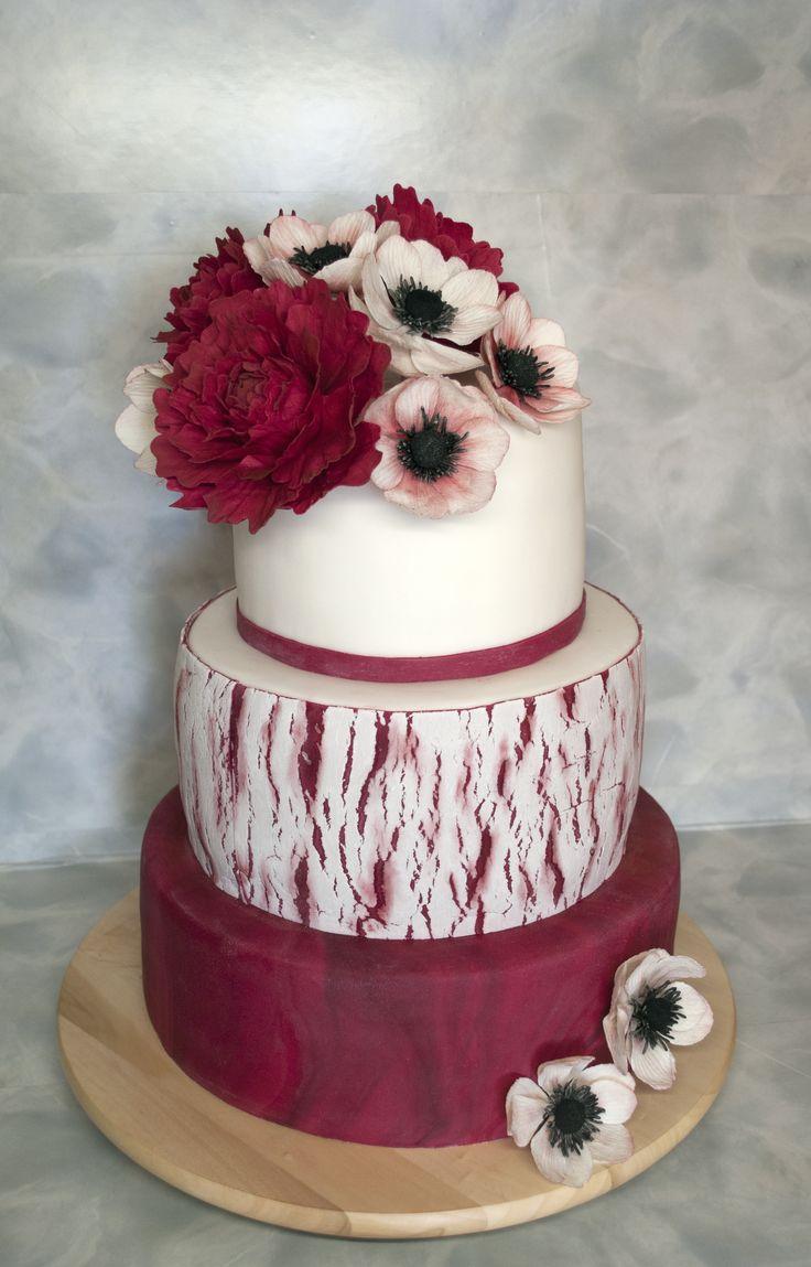 Svatební v bordó a bílé s cukrovými pivoňkami a sasankami. Wedding Cake - claret and white colored - with Sugarpaste Anemones and Peonnies.