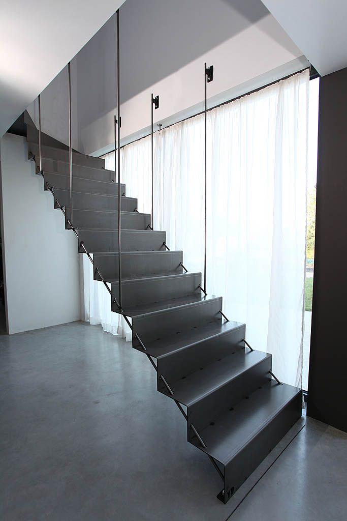 http://www.yvesdeneyer.be  - escalier en acier. Marches et contre-marches en acier découpé au laser et plié.