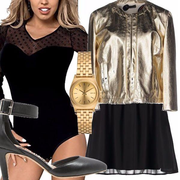 Un abbinamento inusuale, ma d'effetto. Body nero con scollo a cuore e trasparenze abbinato a gonna nera multistrato. Scarpe con tacchi e cinturino in caviglia, orologio e giubbino color oro.
