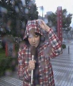 台風でも表から中継 めざましテレビの長野美郷さんです。
