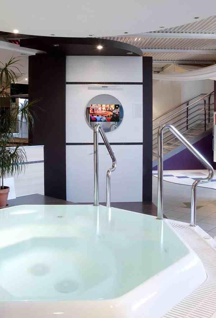 Łazienka w domu. Leżymy w wannie i oglądamy telewizję. Telewizor w lustrze w łazience. http://mirrormultimedia.pl/projektowanie-wnetrz/aranzacja-lazienki