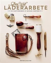 """""""Boken han skrivit är en ljuvligt nördig hyllning till ett lika klassiskt som vackert hantverk, men bjuder också in alla nyfikna till att pröva på läderarbetet.""""Sköna hemLone Wolf läderarbete är en praktisk introduktion till läderhantverk på hobbynivå. Med små medel kommer du att kunna tillverka armband, plånböcker, mobilfodral och andra enklare läderföremål hemma vid köksbordet.Boken innehåller ett 20-tal projekt från nyckelhållare till väskor och flera varianter av flätor och kn..."""