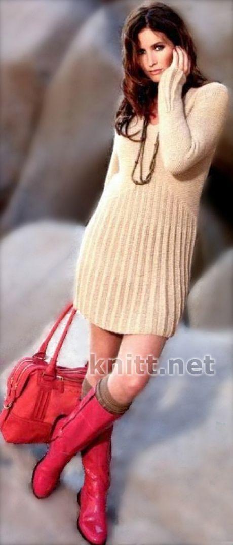 Вязаное спицами короткое платье