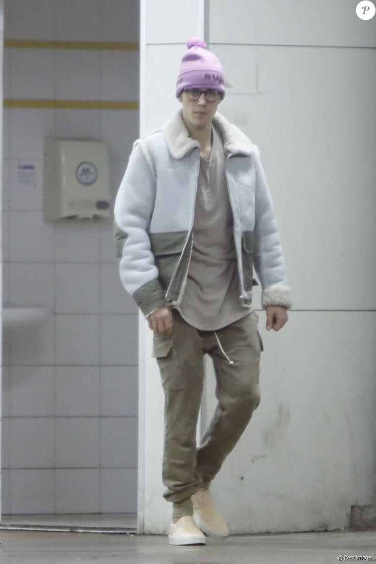 Exclusif - Justin Bieber s'est arrêté dans une station service pour acheter des gateaux et une boisson après avoir fait du skateboard dans les rues de Barcelone, le 21 novembre 2016
