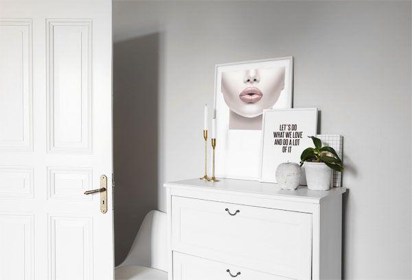 Tavlor ovanför byrå i sovrum. Snygga posters sober stil med citat och fotografi. Desenio.com