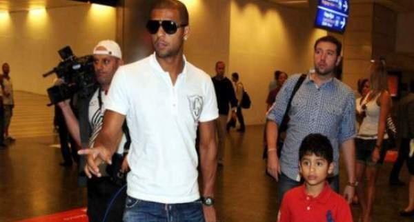Galatasaray'ın bir yıl daha kiraladığı Brezilyalı futbolcu Felipe Melo'nun İstanbul'a gelişi izdihama yol açtı.Atatürk Havalimanı Dış Hatlar Geliş katında bekleyen çok sayıda taraftar Melo ile yürümek için birbiriyle yarıştı.