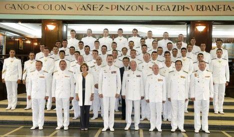 Foto de familia de las autoridades del acto del 300 aniversario de la Escuela Naval Militar / POOL