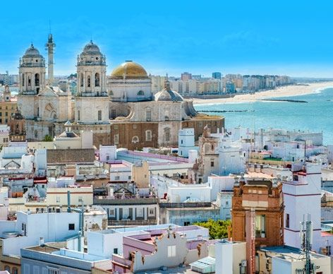 Cadiz! En af de ældste byer i Europa (ældre end Rom) og er ikke overfyldt med skandinaviske turister (der er heldigvis ingen lufthavn tæt på; man kan rejse via Malaga eller Sevilla eller endda Tangiers i Marokko). Det ligger i sherryens hjemprovins; og har af historiske årsager en del islamisk arkitektur. Hvis I tager derhen må I bo i den gamle del af byen, ikke den nye. Også tæt på Bolonia og Baelo Claudia, som er værd at besøge.