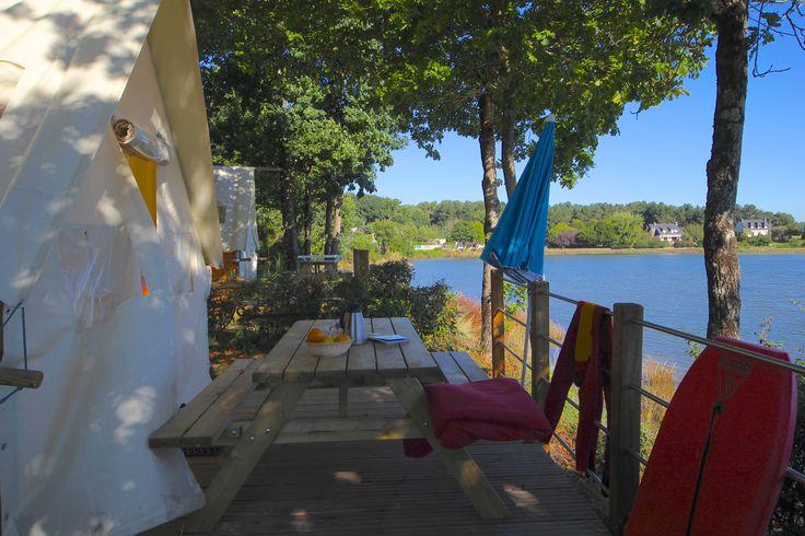 terrasse de la tente comtoise au camping le lac à carnac en bretagne