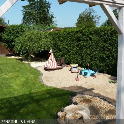 Die Sandkiste für die Kids wurde bodentief / barrierefrei angelegt. Maritime Thematik mit Schiff und Wasserstein, geschwungene Rasenkante symbolisiert …
