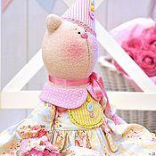 Купить или заказать Влюблённые котики в стиле Шебби в интернет-магазине на Ярмарке Мастеров. Парочка влюблённых котиков в стиле Шебби - прекрасный подарок на день бракосочетания, годовщину свадьбы, семейной или влюблённой паре, а также подруге на день рождения или любимой на 8 Марта. Котики сшиты из кашемира, наполнены холлофайбером, одежда - из хлопка. В декоре использованы декоративные цветы. Повтор парочки возможен в точности и по мотивам (с любыми изменениями и дополнениями на Ваше&he...