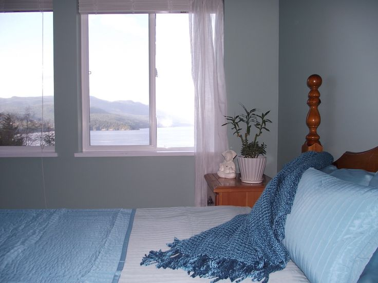 The Ocean Room on the upper level has the best view of Sechelt Inlet and the surrounding hills. The comfortable king bed, large dressing room and private en-suite provides a spacious zen like space to relax and enjoy your time at the retreat.
