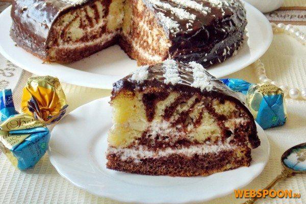 Рецепт торта «Зебра»  Этот торт — модификация всем известного пирога «Зебра», который интересен своим рисунком на срезе, где чередуются светлые и коричневые полоски. Для того, чтоб пирог «Зебра» стал тортом «Зебра», достаточно разрезать его на два-три коржа и прослоить кремом. Я ещё весь торт покрыла шоколадной глазурью и нанесла полоски. Так что «зебра» и внутри, и снаружи.