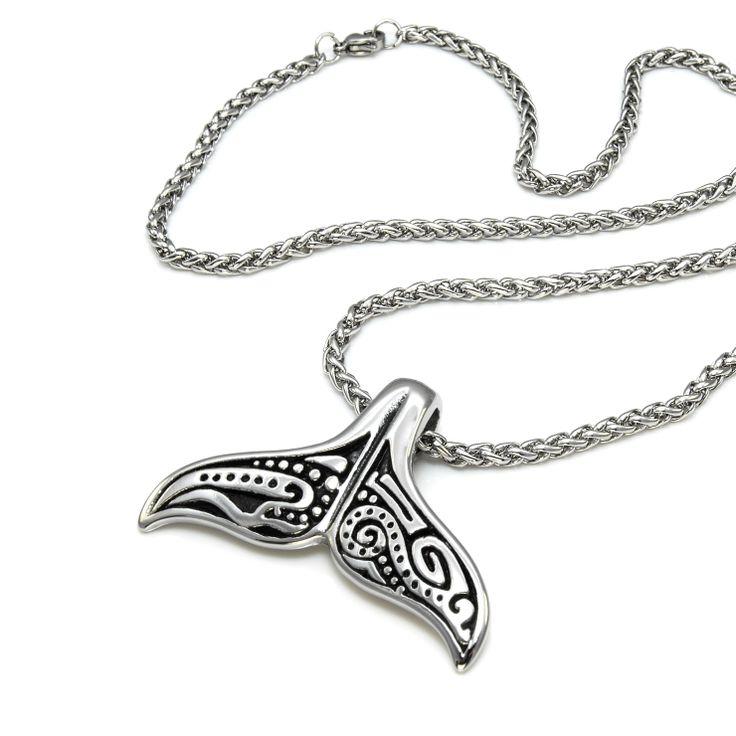 Stilig etnisk mønstret hval hale anheng i blankt rustfritt stål med pent halskjede.
