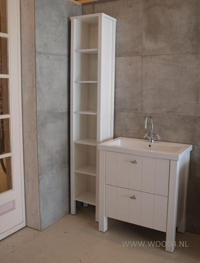 Badkamer en badkamermeubel: Wastafels van porselein zijn nog altijd populair in de badkamer. Zo kunnen wij ook badkamermeubels maken waarop we een porseleinen wasbak plaatsen. Een wastafel van porselein is tijdloos en weinig trendgevoelig. Dit badkamermeubel is 80 cm breed en is gebouwd met een bijbehorende kolomkast en spiegelkast (de spiegelkast is niet afgebeeld). Ben je ook op zoek naar een mooi badkamermeubel voor jouw badkamer? We denken graag met je mee.