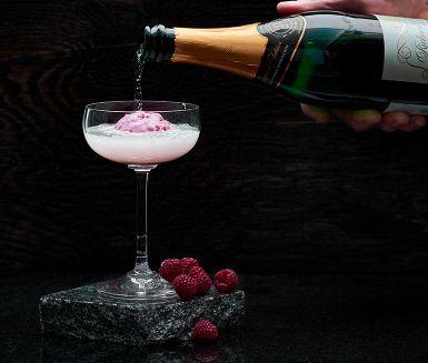 Har du tröttnat på vanlig mimosa? Testa en ny rosa variant – krämig hallonmimosa.   Drinken är frisk och fruktig, och blir härligt uppfriskande med mousserande vin.