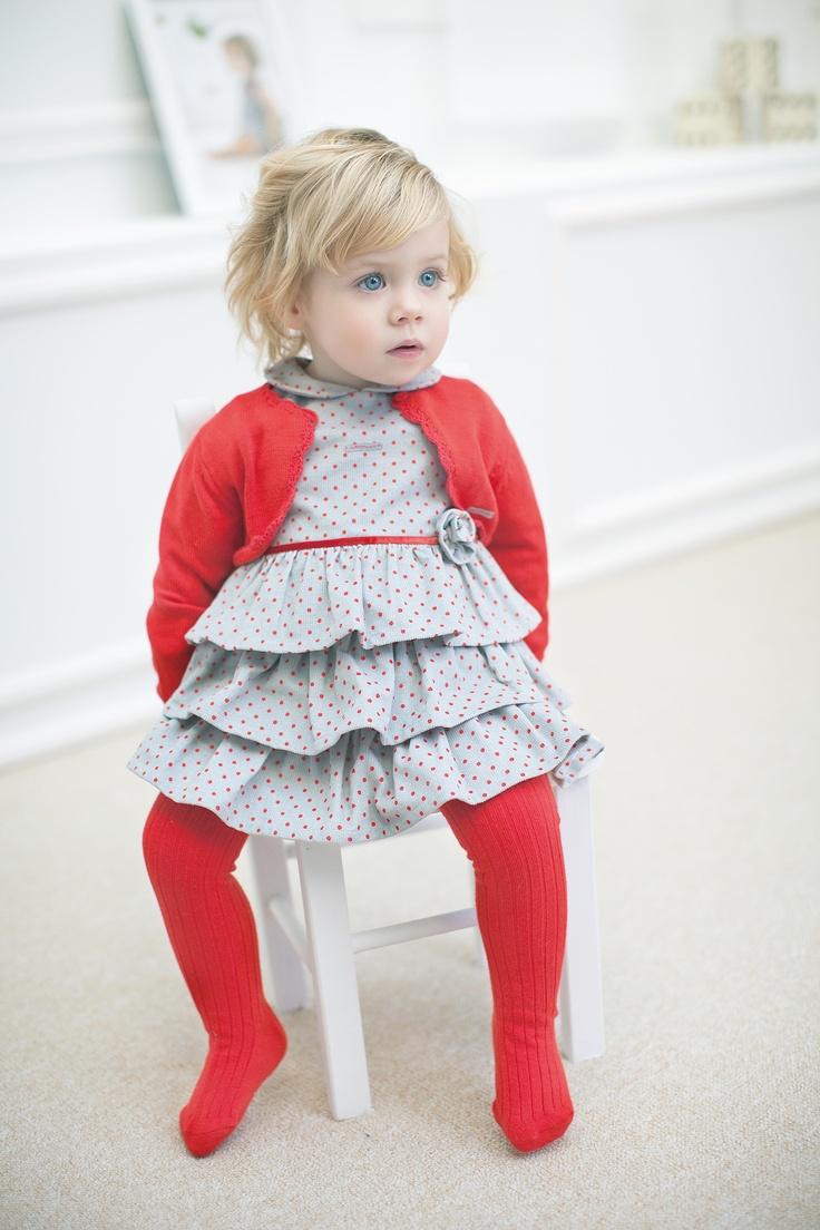 Te presentamos la colección Magritte: Ambientes coloridos en rojos y grises, con prendas de corte más de vestir. Diseños en minimota sobre micropana estampada y la greca en el tricot. Tutto Piccolo