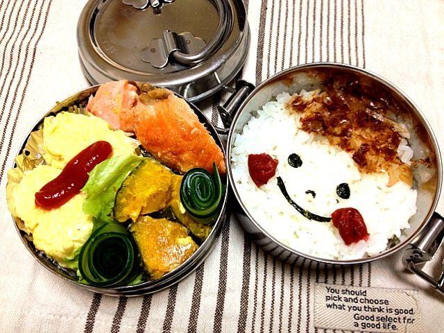 ご飯(おかか、海苔、梅干し)、焼鮭、チーズとキャベツのオムレツ、かぼちゃのマヨ和え、クルクルきゅうり - 70件のもぐもぐ - 今日の息子のお弁当☆バス遠足でドリーム21へ♪ by 3to3