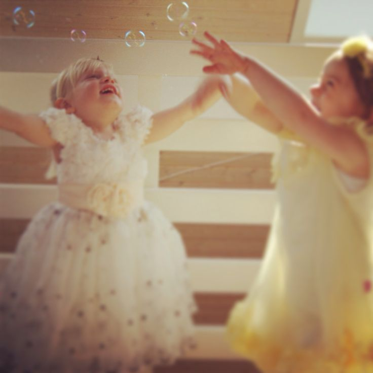Tylkjoler til små prinsesser Perfekte til som brudepigekjoler til et forårs eller sommer bryllup. Findes på www.akrobath.dk