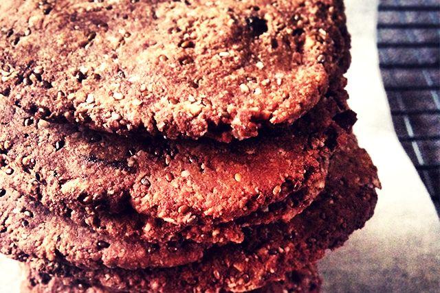 Altijd al op zoek naar gezonde koekjes? Dit krokante chocolade koeken recept is glutenvrij, suikervrij en lactosevrij. Heerlijke gezonde chocolade koekjes.