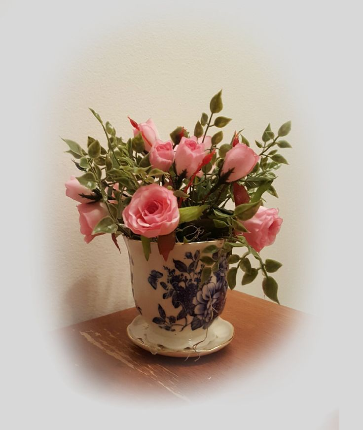 17 best ideas about small flower arrangements on pinterest for Small rose flower arrangement