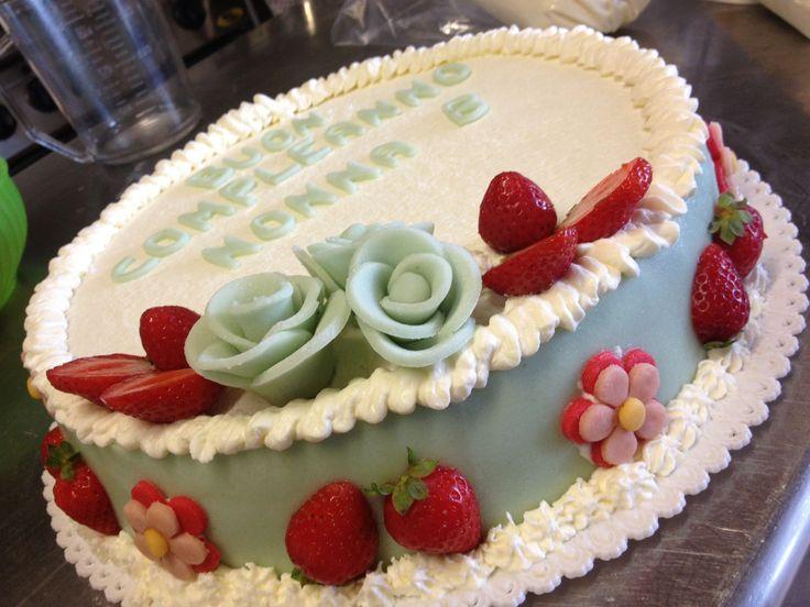 Torta di compleanno in pan di spagna farcita di crema for Pasta di zucchero decorazioni