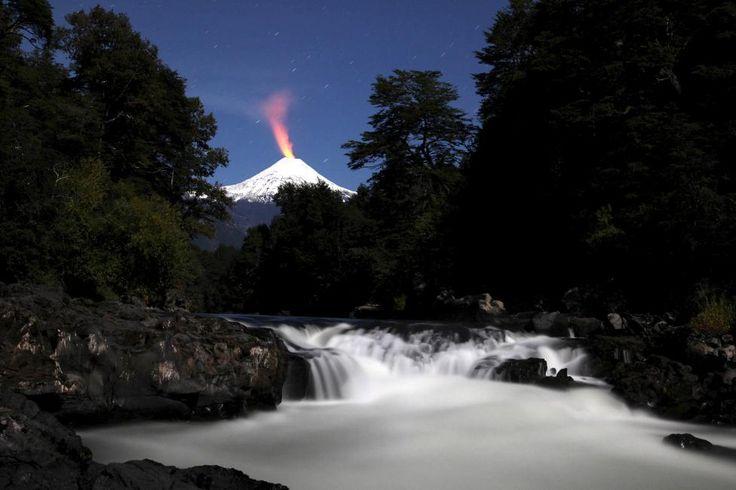 Вильяррика, один из самых активных вулканов Чили, и река Транкура.