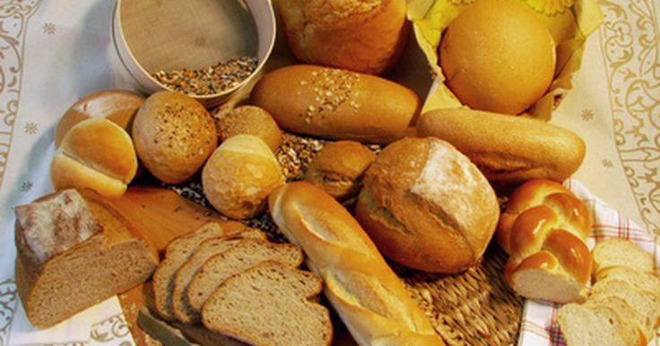 Tipos de panes franceses. Según el sitio web Lost in France, en ciudades y pueblos de Francia, las boulangeries, o panaderías, venden pan francés fresco todos los días, y muchos panaderos hacen su propia receta. El pan francés tradicional real debe usar harina fresca, sal y levadura. Algunos tipos de pan de supermercado usan masa congelada, pero esto no es considerado pan ...